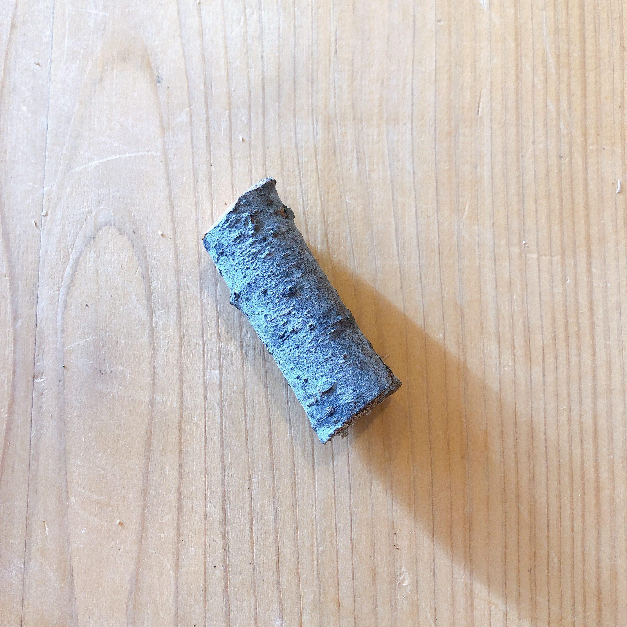 6.5センチ程度の棒きれ、木片など